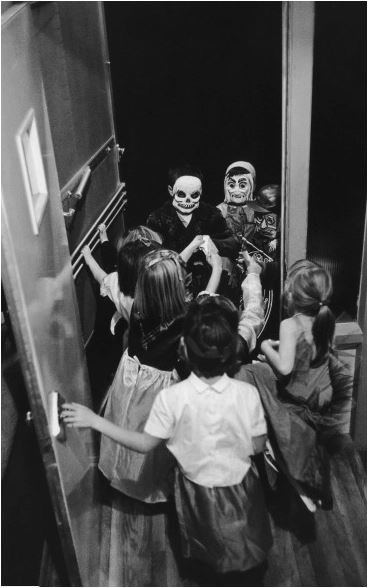 inviting Hallowe'en kids inside